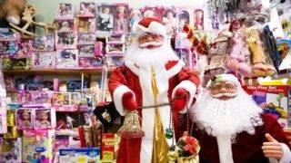 Beregszász, 2010. december 14. Karácsonyi játékkínálat egy beregszászi (Beregovo) ajándéküzletben. A város idén is kétszer ünnepli majd a karácsonyt, a magyar ajkúak december 24-én, az ukrán többség pedig a pravoszláv vallás szerint 13 nappal késõbb, január 7-én. MTI Fotó: Balázs Attila