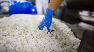 Mátészalka, 2011. november 23.Minőségellenőr vesz mintát a Túró Rudi gyártásához használt nyers túróból a holland tejipari cég, a Friesland Campina mátészalkai üzemében. Az itt készülő Túró Rudiból évente több mint kétszázmillió darab fogy hazánkban. Módosító indítványt nyújtottak be a chipsadóhoz, amely alapján a magas minőségű tejdesszerteket és tejes italféleségeket kivonnák az adófizetési kötelezettség alól. A népegészségügyi termékadó (chipsadó) törvényből kikerülnek azok a termékek, amelyek legalább 50 százalékban tejet tartalmaznak, így mentesül például a Túró Rudi és a kakaós tej.MTI Fotó: Balázs Attila