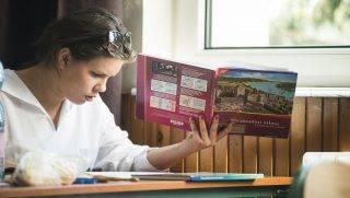 Nyíregyháza, 2013. május 8. Egy diák az írásbeli történelem érettségi vizsgán a nyíregyházi Zrínyi Ilona Gimnáziumban 2013. május 8-án. Reggel nyolc órakor történelembõl középszinten 1296 helyszínen 79 781 vizsgázó, emelt szinten 113 helyszínen 5753 diák kezdte meg az érettségi vizsgát. MTI Fotó: Balázs Attila