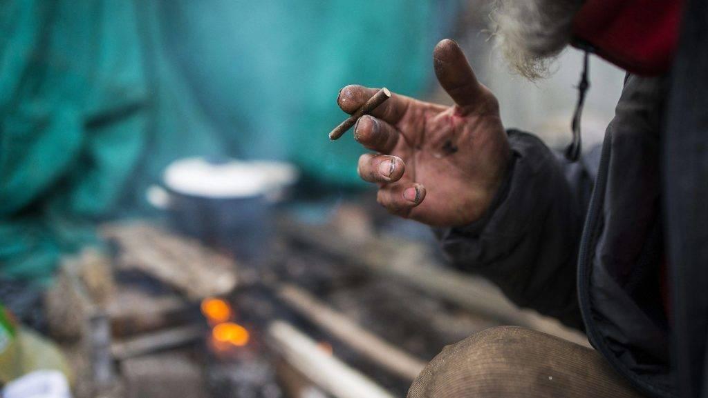 Nyíregyháza, 2016. január 20.  Kurtai Zsolt hajléktalan szabad tûzön fõz párjával, Ács Ferencnével közös lakóhelyükön Nyíregyházán 2016. január 2-án. Kurtai Zsolt és Ács Ferencné 15 éve élettársak, saját lakásukból albérletbe, negyedik éve pedig az utcára kerültek. Jelenleg harmadik helyükön, egy belvárosi düledezõ ház hátsó udvarán húzzák meg magukat a tulajdonos engedélyével. Hajléktalanságuk ideje alatt kisebb megszakításokkal folyamatosan dolgoztak, jelenleg közfoglalkoztatottként mindketten a Nyíregyházi Városüzemeltetõ és Vagyonkezelõ Kft. munkatársai. MTI Fotó: Balázs Attila