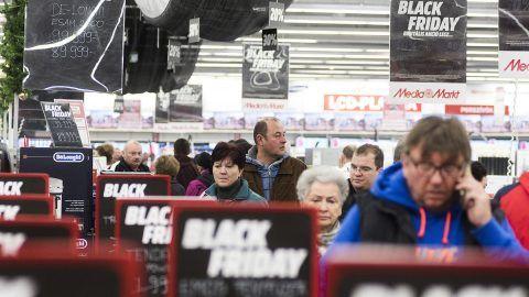 Nyíregyháza, 2016. november 25.Vásárlók a fekete péntek (Black Friday) napján az egyik elektronikai áruházban, Nyíregyházán 2016. november 25-én. A fekete péntek csaknem ötven éve a hálaadást követő péntek - idén november 25-e - elnevezése az Amerikai Egyesült Államokban; ez a nap hagyományosan a karácsonyi bevásárlási szezon kezdete, amikor rendkívüli kedvezményekkel várják a vásárlókat a kereskedők. Egyre több üzlet csatlakozott Magyarországon is a fekete péntekhez.MTI Fotó: Balázs Attila