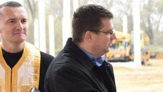 Kisvárda, 2017. november 10. Seszták Miklós nemzeti fejlesztési miniszter és Kötél Bernadett, a Bourgogne Gastronomie Kft. ügyvezetõ igazgatója kezet fog a cég éticsigát feldolgozó és fagyasztott tésztatermékeket gyártó kisvárdai üzemének alapkõletételén 2017. november 10-én. Jobbra Leleszi Tibor polgármester (Fidesz-KDNP). MTI Fotó: Balázs Attila