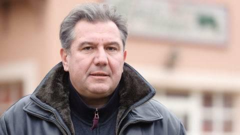 Bokor, 2011. november 21. Dömsödi Gábor a Vendégház elõtt áll Bokor községben, ahol független jelöltként nyerte meg 2011. november 20-án az idõközi polgármester-választást. MTI Fotó: Komka Péter