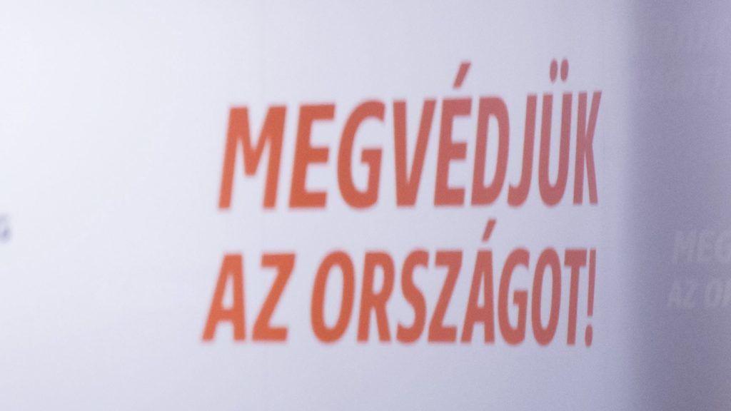 Eger, 2017. október 28. Nyitrai Zsolt társadalmi kapcsolatokért felelõs miniszterelnöki megbízott, a térség fideszes országgyûlési képviselõje beszédet mond a nemzeti konzultációról tartott Védjük meg Magyarországot! címû lakossági fórumon az egri Polgárok Házában 2017. október 28-án. MTI Fotó: Komka Péter