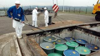 Püspökszilágy, 2004. április 2.Rottenhoffer Sándor dozimetriai mérést végez a tárolómedencében, a Radioaktív Hulladákokat Kezelő Közhasznú Társaság püspökszilágyi telephelyén. A hulladékkezelő 1977-ben átadott több mint ötezer köbméteres betonmedencéiben helyezik el az iparban és az orvosi kutatásban használt olyan hulladékokat, amelyek radioaktív anyagokkal szennyeződtek. Az újabb hulladékok elhelyezésére a telepen a közelmúltban alakítottak ki több föld alatti tárolótermet, ahová még tizenöt-húsz évig elhelyezhetők, és magas biztonsági körülmények között tárolhatók újabb hulladékok.MTI Fotó: Koszticsák Szilárd