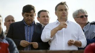 Felcsút, 2013. május 11.Orbán Viktor miniszterelnök (j2) és Mészáros Lőrinc, a felcsúti Puskás Ferenc Labdarúgó Akadémia elnöke (b, a kormányfő mellett) nézi a labdarúgó NB II 26. fordulójában a Nyugati csoportban rendezett Puskás Akadémia-Kaposvári Rákóczi II mérkőzést Felcsúton 2013. május 11-én. Az összecsapást a Puskás Akadémia 2-0-ra megnyerte és feljutott NB I-be.MTI Fotó: Koszticsák Szilárd