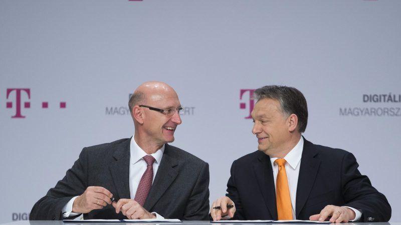 Budapest, 2014. február 21. Orbán Viktor miniszterelnök (j) és Timotheus Höttges, a Deutsche Telekom AG vezérigazgatója aláírja a kormány és a telekommunikációs cég közötti partnerségi együttmûködési megállapodást a Budapest Music Centerben 2014. február 21-én. MTI Fotó: Koszticsák Szilárd