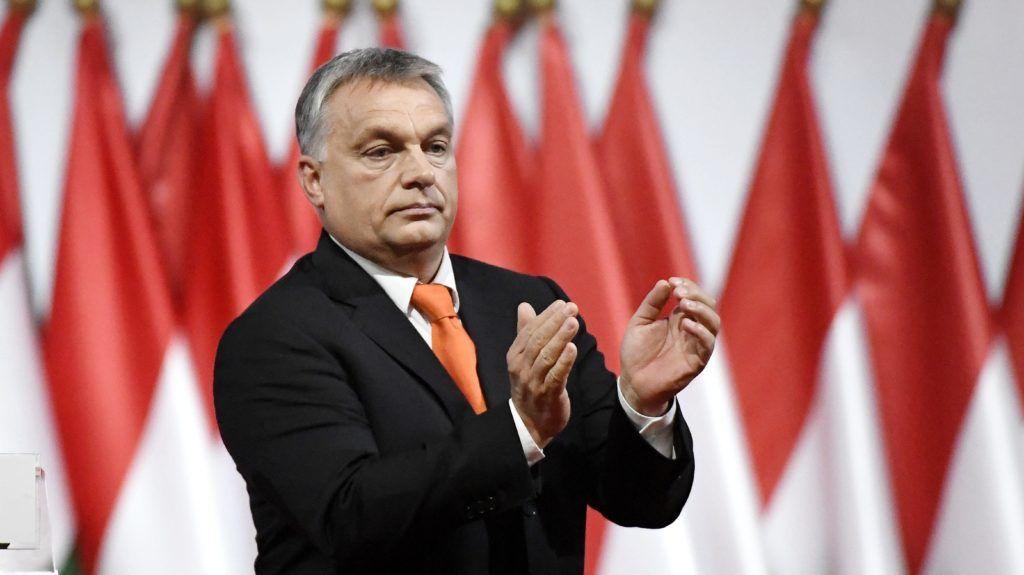 Budapest, 2017. november 12. Orbán Viktor miniszterelnök, a Fidesz újraválasztott elnöke a párt XXVII., tisztújító kongresszusán a budapesti Hungexpón 2017. november 12-én. Orbán Viktort egyhangúlag, 1358 szavazattal választották újra pártelnöknek. MTI Fotó: Koszticsák Szilárd