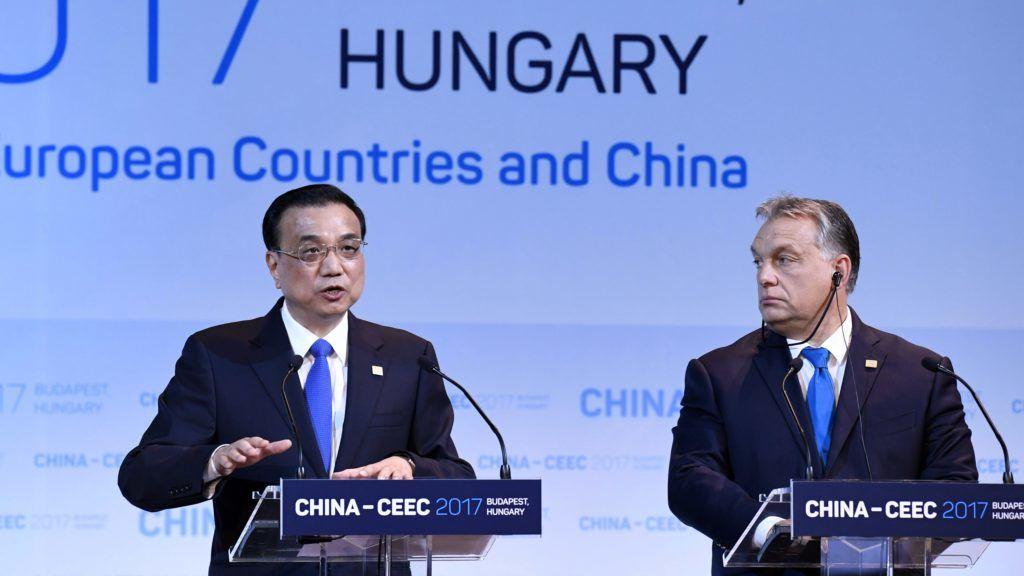 Budapest, 2017. november 27. Li Ko-csiang kínai (b) és Orbán Viktor magyar miniszterelnök a Kína-Kelet-Közép-Európa (KKE) csúcstalálkozó gazdasági és kereskedelmi fóruma után tartott sajtótájékoztatón a Pesti Vigadó Dísztermében 2017. november 27-én. MTI Fotó: Koszticsák Szilárd