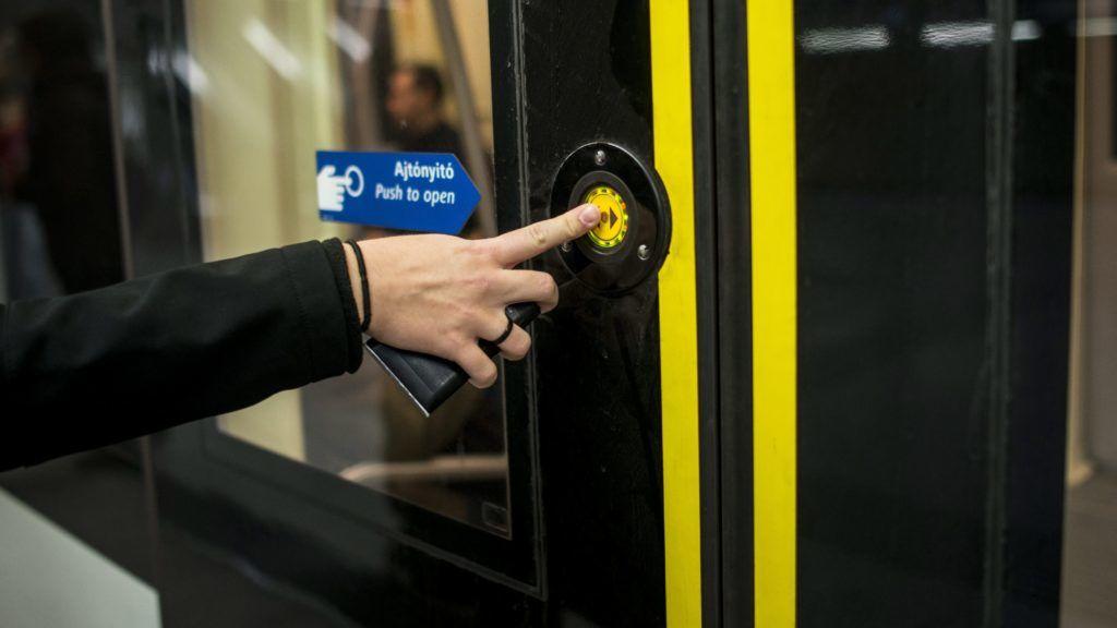Budapest, 2015. október 17. Nyomógombos ajtónyitás a 4-es metró egyik szerelvényén a Szent Gellért téri állomáson, Budapesten 2015. október 17-én. A 2-es és a 4-es metrón ki- és beszálláskor az utasoknak meg kell nyomniuk az ajtónyitó gombot, amikor az zölden világít. MTI Fotó: Marjai János