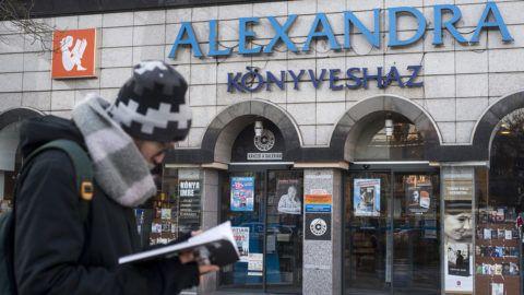 Budapest, 2017. január 19.Egy járókelő könyvvel a kezében Budapesten, az Alexandra Nyugati téri könyvesháza előtt 2017. január 19-én.MTI Fotó: Marjai János