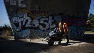 Budapest, 2017. április 21.A MÁV egyik közfoglalkoztatottja dolgozik a Föld napja alkalmából a MÁV és a helyi önkormányzat, illetve a Széchenyi Egyesület a MÁV XIV. és XVI. kerületi vasúti területein rendezett közös hulladékgyűjtő akciójában a Szuglói körvasút sor-Csömöri út-Drégelyvár út kereszteződésében lévő felüljárónál 2017. április 21-én.MTI Fotó: Marjai János