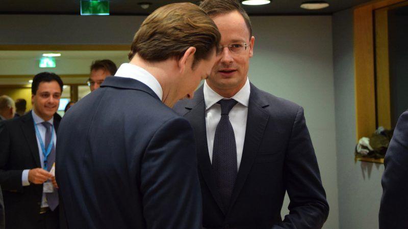 Brüsszel, 2017. november 13. A Külgazdasági és Külügyminisztérium (KKM) által közreadott képen Szijjártó Péter külgazdasági és külügyminiszter (j) és Sebastian Kurz osztrák külügyminiszter, a választásokon gyõztes Osztrák Néppárt (ÖVP) elnöke beszélget az EU-tagországok külügy- és védelmi minisztereinek találkozóján Brüsszelben 2017. november 13-án. MTI Fotó: KKM / Szabó Árpád