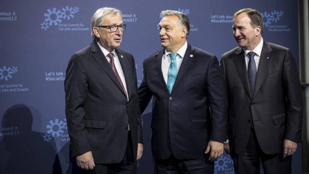Göteborg, 2017. november 17. A Miniszterelnöki Sajtóiroda által közreadott képen Jean-Claude Juncker, az Európai Bizottság elnöke (b) és Stefan Lofven svéd kormányfõ (j) fogadja Orbán Viktor miniszterelnököt az Európai Unió szociális jogokkal foglalkozó csúcstalálkozóján Göteborgban 2017. november 17-én.  MTI Fotó: Miniszterelnöki Sajtóiroda / Szecsõdi Balázs