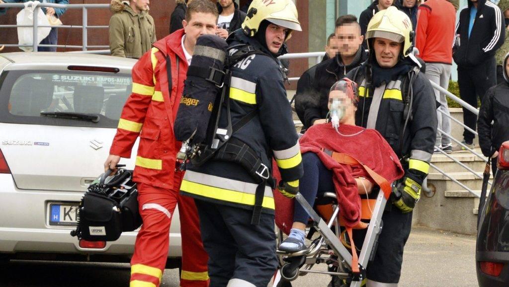 Nyíregyháza, 2017. november 21. A tûzoltók segítségével mentõk viszik kórházba Nyíregyházán a Sóstói úton fekvõ közintézmény uszodájából a klórgázmérgezést szenvedettek egyikét 2017. november 21-én. A Nyíregyházi Egyetem területén lévõ uszoda egyik helyiségében hypót és kénsavat öntöttek össze, ekkor szabadult fel a mérgezõ gáz. A mentõk két embert közepesen súlyos, hetet pedig enyhe fokú mérgezéssel vittek a nyíregyházi kórház sürgõsségi betegellátó központjába. MTI Fotó: Taipusz Attila