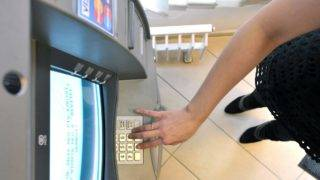 Budapest, 2012. január 11. Egy ügyfél pénzt vesz fel egy automatából (ATM) az FHB Bank XIII. kerületi Váci úti bankfiókjában. MTI Fotó: Máthé Zoltán