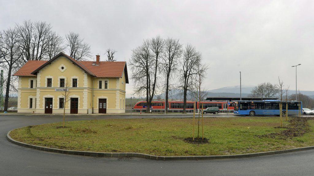 Solymár, 2016. január 15. Egy 64-es autóbusz érkezik a solymári vasútállomáshoz 2016. január 15-én. MTI Fotó: Máthé Zoltán