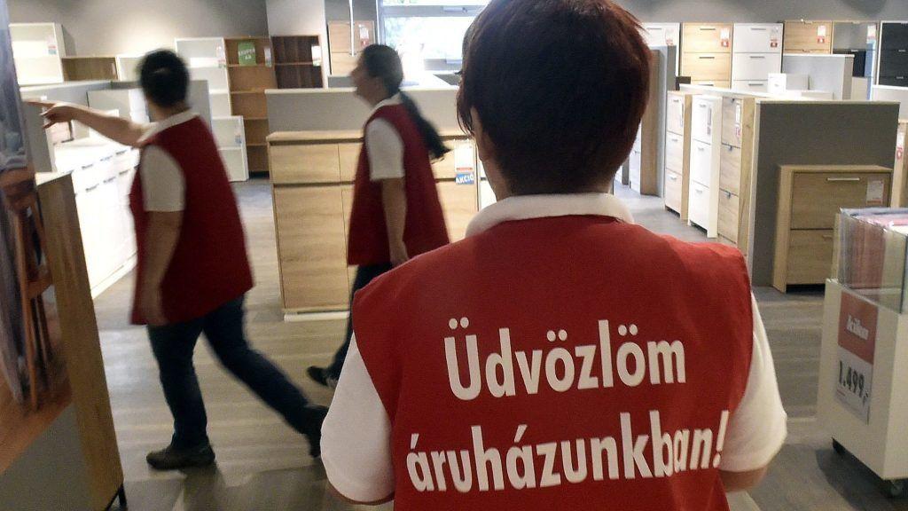 Budapest, 2017. szeptember 22. Eladók a Kika osztrák bútoráruházlánc megújult XIII. kerületi Lehel úti lakberendezési üzletében 2017. szeptember 22-én, az áruháznyitás napján. MTI Fotó: Máthé Zoltán