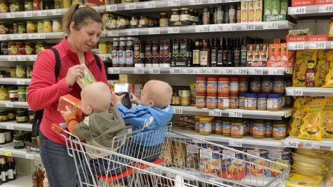 Budaörs, 2017. május 5. Speciális bevásárlókocsi segítségével vásárol be egy kétgyermekes édesanya az Auchan Esélyegyenlõségi Világnap sajtótájékoztatója után az Auchan budaörsi áruházában 2017. május 5-én. Az eseményen bemutattak két speciális bevásárlókocsit, amelyek a kisgyermekes családoknak és mozgássérülteknek nyújt segítséget, illetve egy elektromos bevásárlómopedet, amelybõl az áruházlánc egyet-egyet üzembe helyez országszerte. MTI Fotó: Soós Lajos