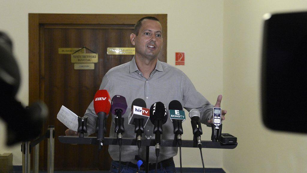 Budapest, 2017. augusztus 3. Molnár Zsolt, a testület szocialista elnöke nyilatkozik a sajtónak az Országgyûlés nemzetbiztonsági bizottságának zárt ülése után az Országgyûlés Irodaházában 2017. augusztus 3-án. MTI Fotó: Soós Lajos