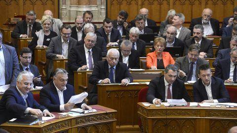 Budapest, 2017. október 17.Orbán Viktor miniszterelnök (első sor b2), Semjén Zsolt nemzetpolitikáért felelős miniszterelnök-helyettes (b), Lázár János, Miniszterelnökséget vezető miniszter (b3) és Rogán Antal, a Miniszterelnöki Kabinetirodát vezető miniszter szavaz a nemzeti felsőoktatási törvény módosításáról az Országgyűlés plenáris ülésén 2017. október 17-én. A parlament 2019. január 1-jéig meghosszabbította azt a határidőt, ameddig a külföldi felsőoktatási intézményeknek teljesíteniük kell magyarországi működésük feltételeit.MTI Fotó: Soós Lajos