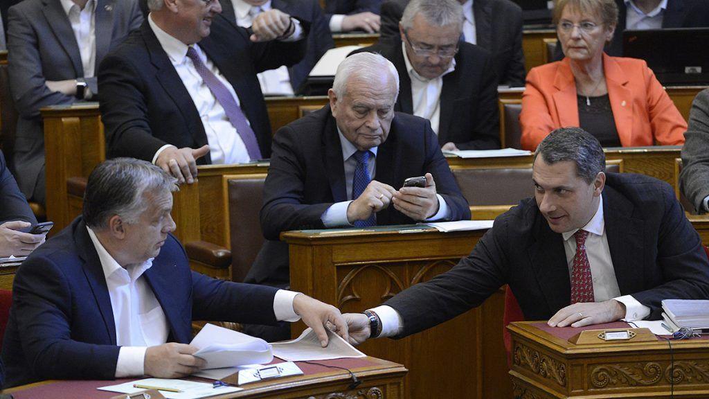 Budapest, 2017. október 17.Orbán Viktor miniszterelnök (b) és Lázár János, Miniszterelnökséget vezető miniszter beszélget az Országgyűlés plenáris ülésén 2017. október 17-én. Mögöttük Harrach Péter, a KDNP frakcióvezetője, a párt alelnöke (k).MTI Fotó: Soós Lajos