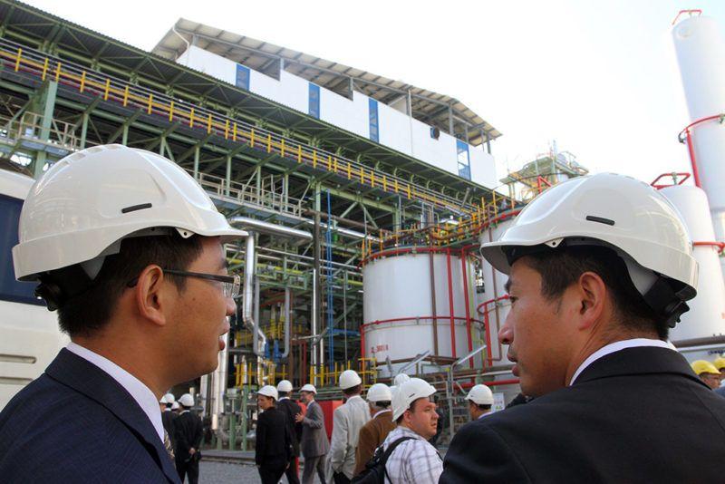 Kazincbarcika, 2011. szeptember 30.Vendégek nézelődnek a Wanhua Industrial Group leányvállalataként működő a BorsodChem Zrt. TDI üzemének avatásán.MTI Fotó: Vajda János