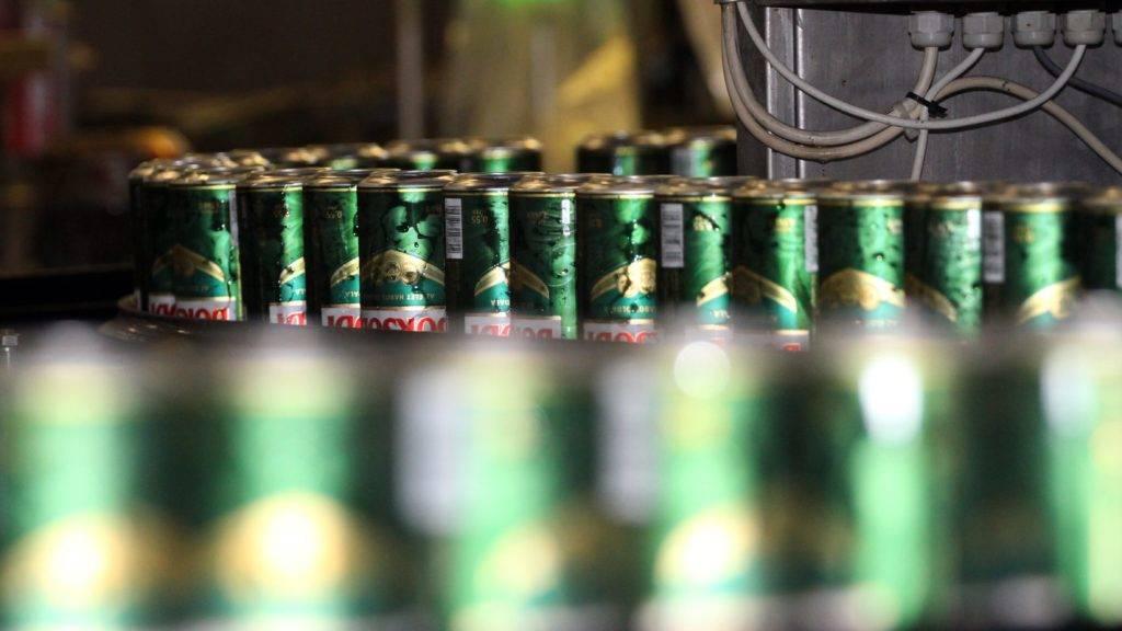 Bõcs, 2012. május 16. Dobozos sörök haladnak a futószalagon. Átadták a Borsodi Sörgyár Kft. új töltõ- és csomagoló gyártósorát Bõcsön. A 2,3 millió eurós beruházásnak köszönhetõen a dobozos kiszerelésû sörök töltõ- és gyártósorának kapacitása 30 százalékkal nõtt, az új, egyedi csomagolás révén a fogyasztók 0,55 literes kiszerelésben, valamint egy különleges, keskeny 0,33 literes palackban is megvásárolhatják a sört. MTI Fotó: Vajda János