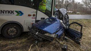 Vértesboglár, 2017. november 29. Összeroncsolódott személyautó és menetrend szerinti autóbusz a Fejér megyei Bodmér és Vértesboglár közötti úton, ahol a két jármû frontálisan összeütközött 2017. november 29-én. A személygépkocsi vezetõje a helyszínen meghalt. MTI Fotó: Bodnár Boglárka