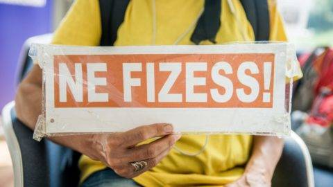 """Budapest, 2016. június 9. Ne fizess! feliratú tábla a Nem Adom a Házamat Mozgalom aktivistájának kezében a szervezet demonstrációján a budapesti Európa Pontban 2016. június 9-én. A tiltakozók az Európai Bizottságnak címzett petíciót adtak át a """"kisemmizett, átvert SeVizahiteles (devizahiteles) adósok érdekében""""  Zupkó Gábornak, az Európai Bizottság magyarországi képviseletének vezetõjének. MTI Fotó: Balogh Zoltán"""