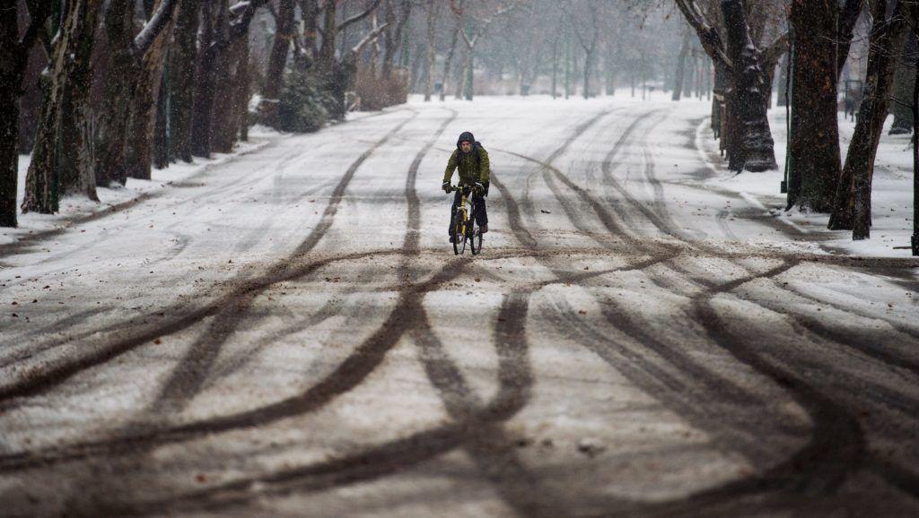 Budapest, 2017. január 13. Kerékpáros a hóesésben a Városligetben 2017. január 13-án. MTI Fotó: Balogh Zoltán