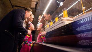 Budapest, 2017. július 19.A Titanic makettjét nézik érdeklődők a budapesti Komplexben (volt VAM Design Center) nyílt kiállításon 2017. július 19-én. A tárlat több száz, a híres hajóroncsról származó eredeti műtárgyat - bútorokat, ruhákat, ékszereket - mutat be.MTI Fotó: Balogh Zoltán