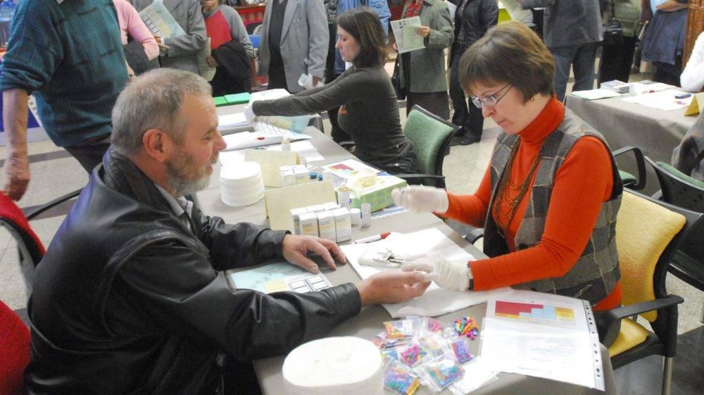 """Szombathely, 2008. november 15. Az AGORA Szombathelyi Kulturális és Turisztikai Központ támogatva a szombathelyi Egészség hét rendezvényeit az AGORA - Savaria Moziban rendezte meg az """"Egy nap az egészségért""""címû programot, ahol az ingyenes elõadásokon és szûrõvizsgálatokon (vérnyomás, koleszterinszint, csontritkulás, vércukorszint) a résztvevõk a vetítésekre ingyenes belépési lehetõséget kapnak. MTI Fotó: Czika László"""
