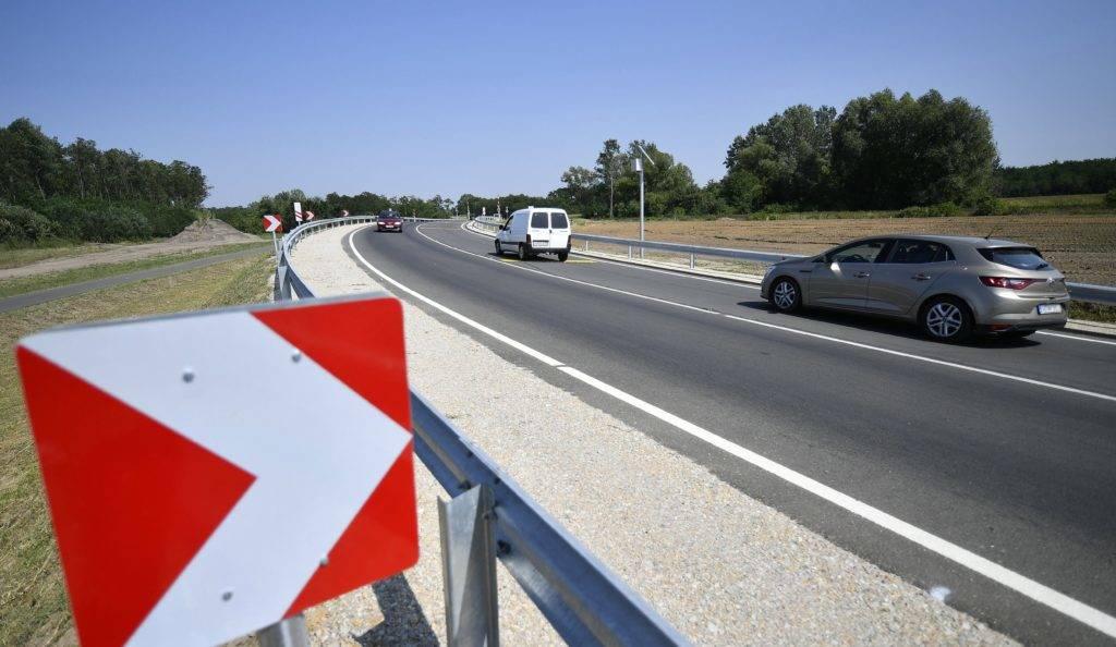 Nyíradony, 2017. augusztus 11. A felújított 471. számú fõút elsõ szakasza Nyíradony térségében térségében az átadás napján, 2017. augusztus 11-én. A hajdú-bihari megyehatárig terjedõ, megerõsített burkolatú 16 kilométeres út felújítása nettó 5,5 milliárd forintba került. MTI Fotó: Czeglédi Zsolt