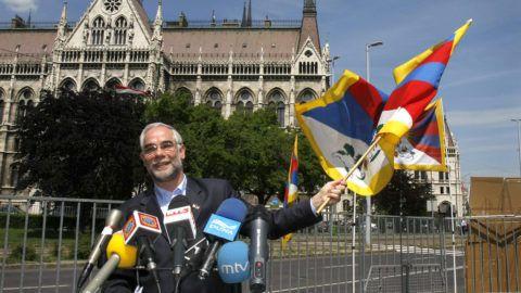 Budapest, 2008. május 8.Balog Zoltán, az Országgyűlés emberi jogi bizottságának fideszes elnöke a tibeti zászlót lengeti, a Tibetet Segítő Társaság és az Amnesty International által rendezett sajtótájékoztatón, a Parlament előtt. A társaság demonstrációt tart a Kínai Népköztársaság Népi Politikai Tanácskozó Testülete Országos Állandó Bizottsága elnökének látogatása idején a Kossuth téren.MTI Fotó: Mohai Balázs