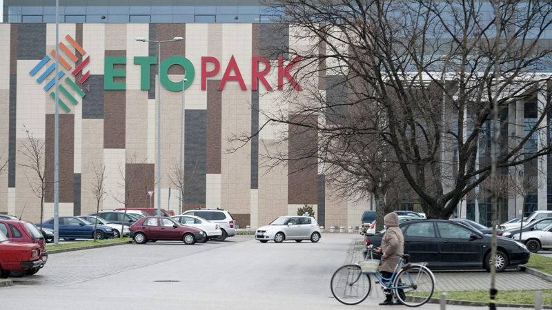 Győr, 2015. március 31.A győri ETO Park bevásárlóközpont parkolója 2015. március 31-én. Az ETO Park és a stadion a Quaestor-cégcsoporté, amelynek tulajdonosát, Tarsoly Csabát és két társát 2015. március 29-én előzetes letartóztatásba helyezték. A nyomozó hatóság megkezdte a vagyonvisszaszerzési eljárást, ennek részeként március 30-án a győri ETO Parkot és a stadiont is lefoglalta biztosítási intézkedésként.MTI Fotó: Krizsán Csaba