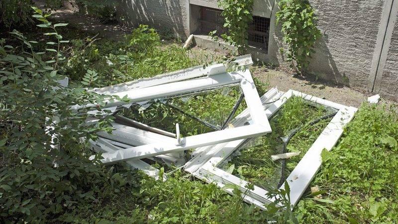 Budapest, 2014. május 23.Kiszakadt ablakok Budapest XIV. kerületében, a Padlizsán utcában 2014. május 23-án, ahol egy háromemeletes társasház legfelső emeleti lakásában gázrobbanás történt. A robbanástól egy idős ember könnyű sérülést szenvedett.MTI Fotó: Lakatos Péter