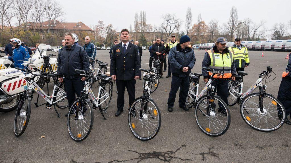 Budapest, 2017. november 24. Az Országos Polgárõr Szövetségnek adományozott elektromos kerékpárok átadása az ORFK Készenléti Rendõrség budapesti központjában 2017. november 24-én. Az Országos Rendõr-fõkapitányság (ORFK) tíz darab nagy teljesítményû motorkerékpárt, az Aegon Magyarország Általános Biztosító Zrt. tizenegy darab elektromos kerékpárt adományozott az Országos Polgárõr Szövetségnek. MTI Fotó: Mónus Márton