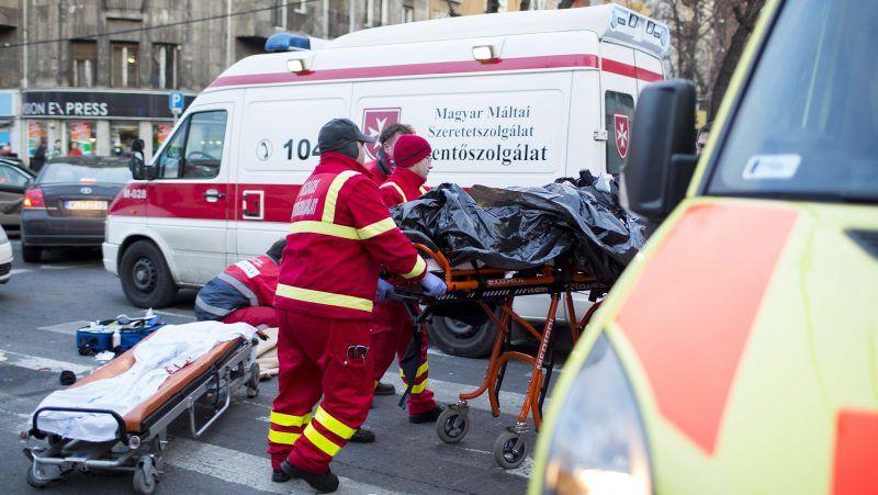 Budapest, 2012. december 7.Mentők szállítanak el egy sérültet a III. kerületi Kolosy térről, ahol egy motorkerékpár személyautóval ütközött 2012. december 7-én. A kiérkező mentők életmentő beavatkozást hajtottak végre a motoroson, a 30 év körüli férfi kórházba szállítása után meghalt. A helyszínről egy hatvan év körüli férfit is kórházba vittek mellkasi és hasi sérülésekkel.MTI Fotó: Mohai Balázs
