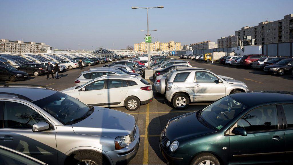 Budapest, 2015. március 21. Autók parkolnak az Árkád bevásárlóközpont tetején lévõ parkolóban az Örs Vezér terén 2015. március 21-én. MTI Fotó: Mohai Balázs