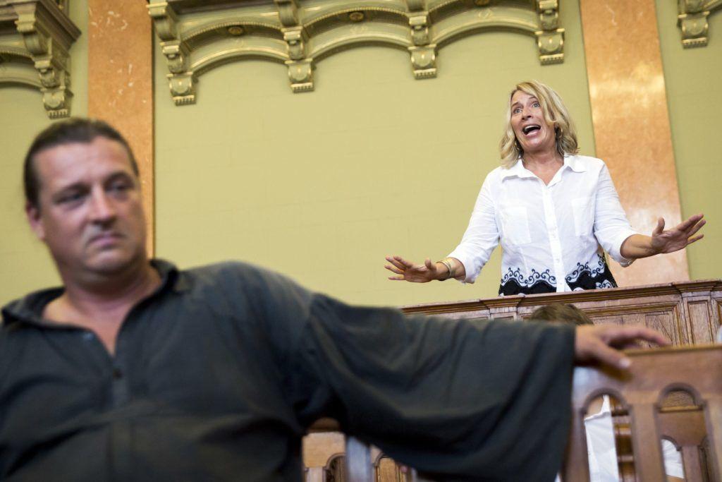 Budapest, 2016. augusztus 30. Morvai Krisztina, a Jobbik EP-képviselõje a Budaházy György (b) és tizenhat társa ellen terrorcselekmény bûntette miatt indult per tárgyalásán, az ítélethirdetés után a Fõvárosi Törvényszék tárgyalótermében 2016. augusztus 30-án. A bíróság elsõfokú ítéletében tizenhárom év fegyházbüntetésre ítélte a terrorcselekménnyel, testi sértéssel, kényszerítéssel vádolt Budaházy Györgyöt. Rendbontások miatt, a bíró kérésére a rendõrök kiürítették a hallgatóság részére fenntartott karzatot. MTI Fotó: Mohai Balázs