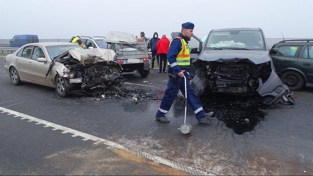 Csanádpalota, 2017. november 4. Ütközésben összetört autók az M43-as autópálya Románia felé vezetõ oldalán, Csanádpalota közelében 2017. november 4-én. A sûrû ködben történt balesetben nyolc jármû, köztük két kisbusz ütközött össze, többen megsérültek. MTI Fotó: Donka Ferenc
