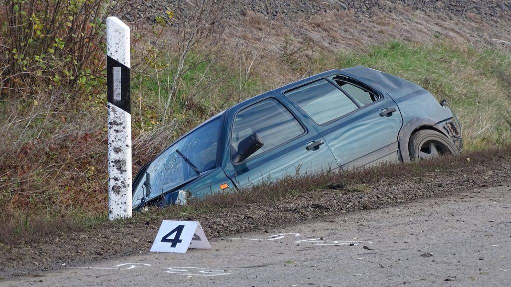 Hódmezõvásárhely, 2017. november 25. Árokba csapódott autó a Hódmezõvásárhely és Szikáncs közötti 4415-ös út mellett 2017. november 25-én. A jármûben utazó két fiatalember nem kapcsolta be a biztonsági övet, és kiesett a gépkocsiból. A személygépkocsi utasa életét vesztette, a sofõrt pedig súlyos sérülésekkel vitték kórházba. MTI Fotó: Donka Ferenc
