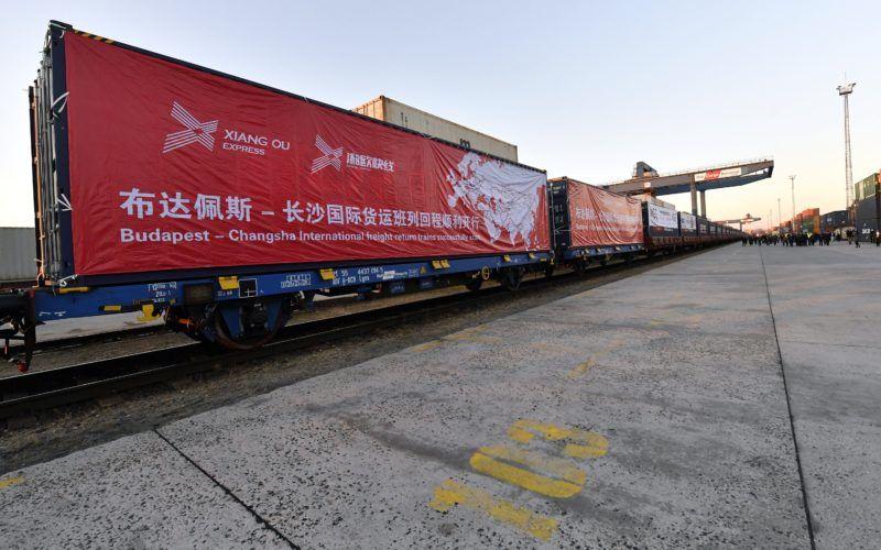 Budapest, 2017. november 27. Az elsõ Kínába induló exportvonat a Rail Cargo Terminal - BILK Zrt. fõvárosi székhelyén 2017. november 27-én. A Kína-Közép-Kelet-Európa (KKE) csúcstalálkozó alkalmából elindult az elsõ két exportvonat Kínába, a szerelvények egyike Ukrajnán, Oroszországon és Kazahsztánon át visz árut a távol-keleti államba, a másik vonat konténereit a görögországi Pireusz kikötõjébõl hajón szállítják tovább. MTI Fotó: Illyés Tibor