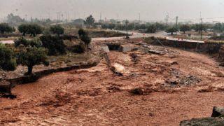 Mandra, 2017. november 15. A pusztítás nyomai a heves esõzések által elöntött Mandrában, Athén közelében 2017. november 15-én. A régióban pusztító viharok következtében legkevesebb hét ember életét vesztette. (MTI/EPA/Vaszilisz Pszomasz)