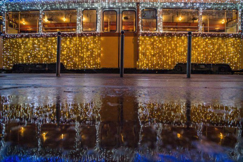 """Budapest, 2017. november 30. Fényfüzérekkel feldíszített Ganz UV típusú adventi """"fényvillamos"""" a fõvárosi Jászai Mari téren 2017. november 30-án. MTI Fotó: Balogh Zoltán"""