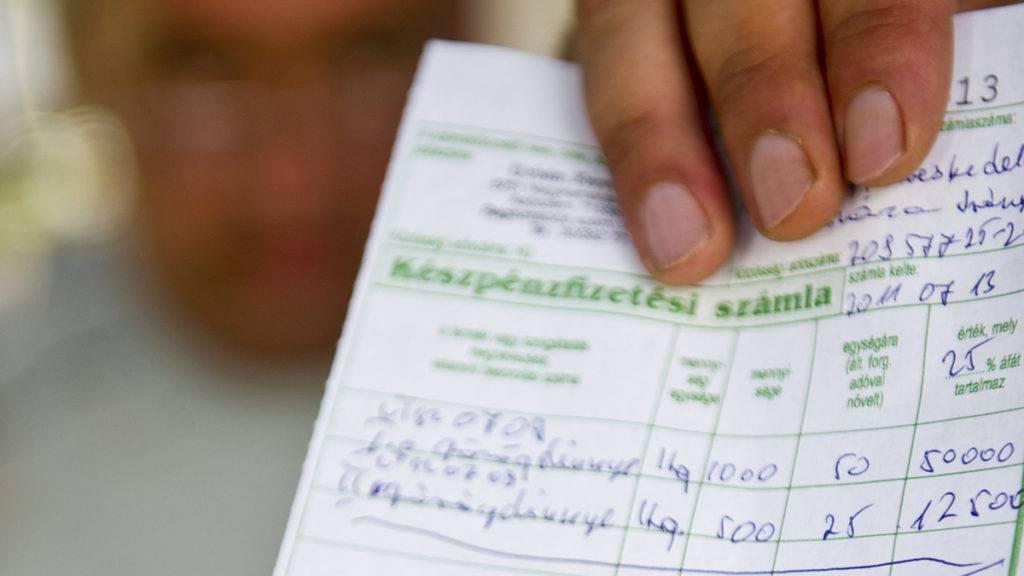 Orosháza, 2011. július 14.Urbán Ferenc dinnyetermesztő mutatja egy zöldségkereskedőnek kiállított, minőségi tanúsítvánnyal ellátott számláját Orosházán, miután hatályba lépett a dinnyepiacot szabályozó rendeletmódosítás, amely szerint fel kell tüntetni a dinnye származási helyét és minőségi osztályát. A módosított jogszabályok célja, hogy erősítsék a magyar dinnye piaci pozícióját, és a belföldi fogyasztók minél több és minél jobb minőségű dinnyét vásárolhassanak.MTI Fotó: Rosta Tibor