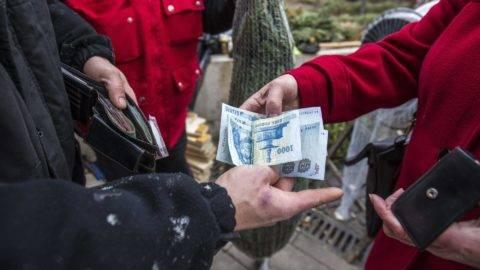 Budapest, 2016. december 15. Egy vevõ fizet a karácsonyfáért egy árusnál a budapesti Üllõi út - Ferenc körút sarkánál 2016. december 15-én. MTI Fotó: Szigetváry Zsolt