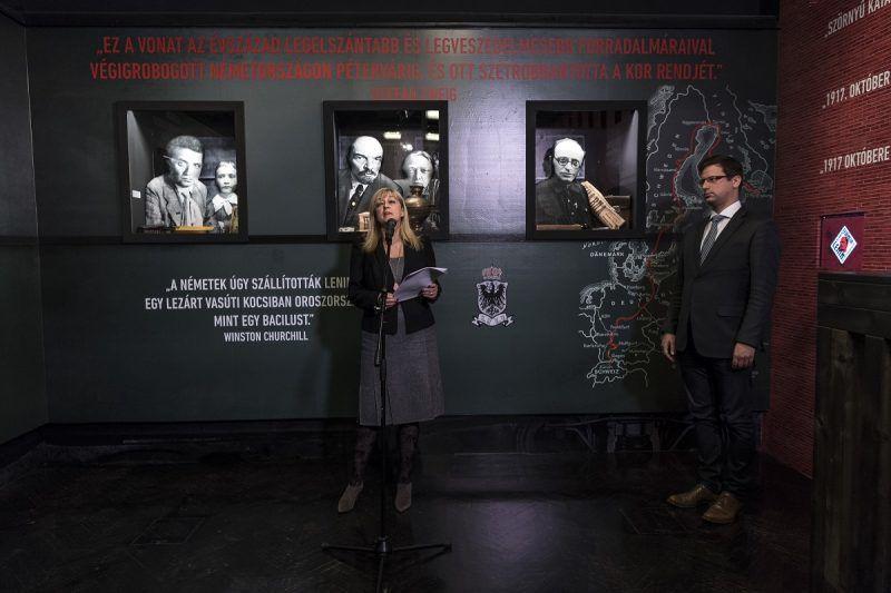 """Budapest, 2017. november 7. Schmidt Mária, a Terror Háza Múzeum fõigazgatója beszédet mond, jobbról Gulyás Gergely, a Fidesz frakcióvezetõje Az akció fedõneve: Lenin - Német pénzzel Oroszország ellen címû kiállítás megnyitóján a Terror Háza Múzeumban 2017. november 7-én. A tárlat Lenin és a """"nagy októberi szocialista forradalom"""" mítoszát kívánja lerombolni. MTI Fotó: Szigetváry Zsolt"""