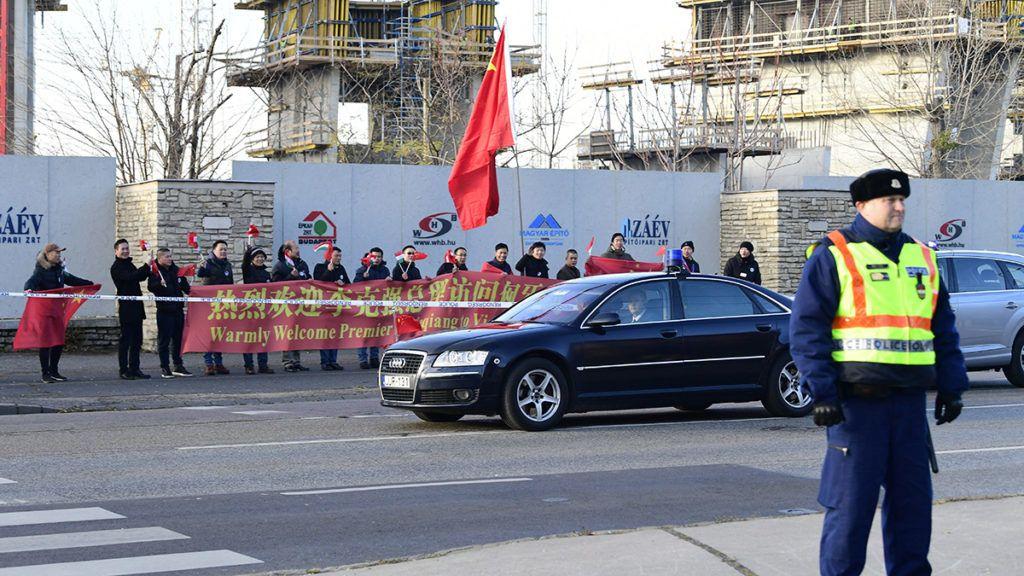 Budapest, 2017. november 27.Kínai delegáció érkezik a Kína-Kelet-Közép-Európa (KKE) csúcstalálkozó gazdasági és kereskedelmi fórumára Budapesten, az Egressy és a Stefánia út kereszteződésénél 2017. november 27-én.MTI Fotó: Szigetváry Zsolt